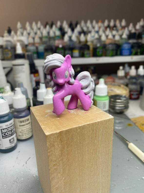 How to repaint dolls - how to repaint toy dolls - my little pony repainting - tutorial to repaint toys and dolls - my little pony pinkie pie custom painting - basecoat pink