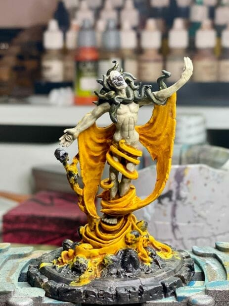 How to paint yellow models – shading yellow miniatures – painting yellow miniatures – painting board game miniatures – Cthulhu wars painting – Petersen Games - how to shade yellow minis – how to paint yellow minis and models – quick yellow painting – best yellow paint - light photography for contrast