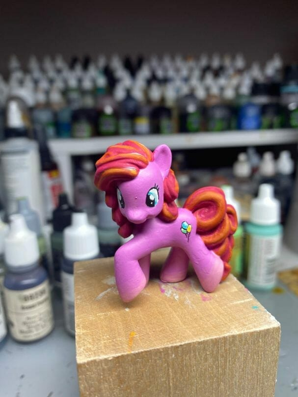 How to repaint dolls - how to repaint toy dolls - my little pony repainting - tutorial to repaint toys and dolls - my little pony pinkie pie custom painting - painted varnished pinkie pie doll