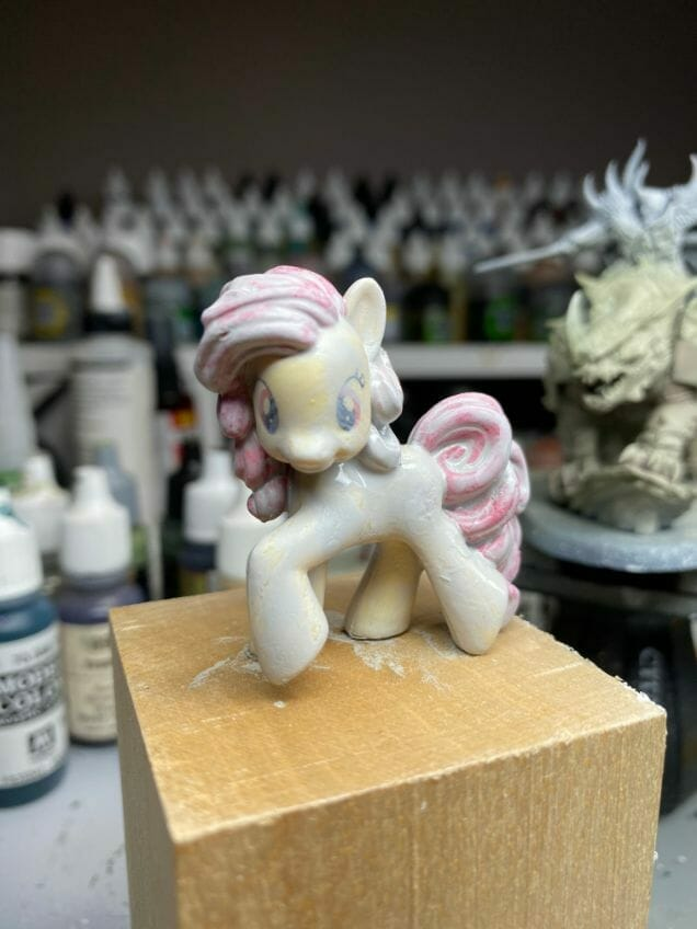 How to repaint dolls - how to repaint toy dolls - my little pony repainting - tutorial to repaint toys and dolls - my little pony pinkie pie custom painting - primer application with brush