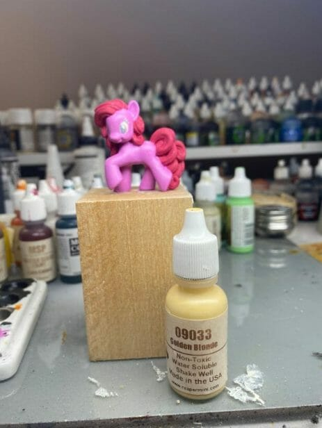 How to repaint dolls - how to repaint toy dolls - my little pony repainting - tutorial to repaint toys and dolls - my little pony pinkie pie custom painting - golden gradient paint